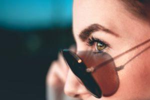 Usar gafas de sol después de un injerto de cejas